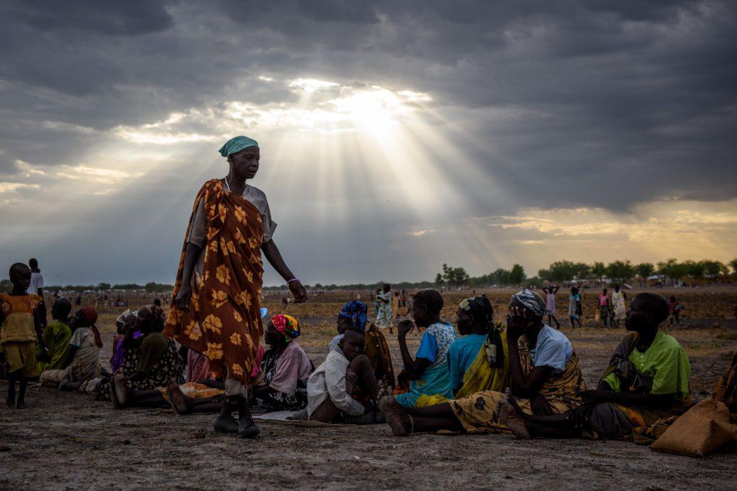 Frauen stellen sich bei Nahrungsverteilung im Südsudan an.