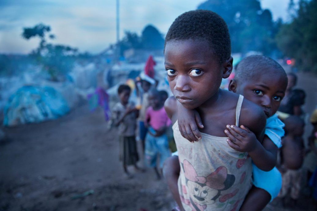 Ein Flüchtlingsmädchen mit seiner Schwester